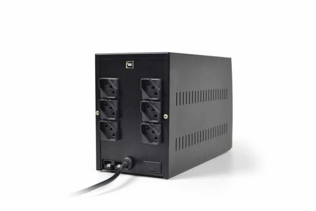 Os Nobreaks microprocessados da linha UPS Compact Pro Universal foram desenvolvidos para o uso com equipamentos de tecnologia de informação profissionais